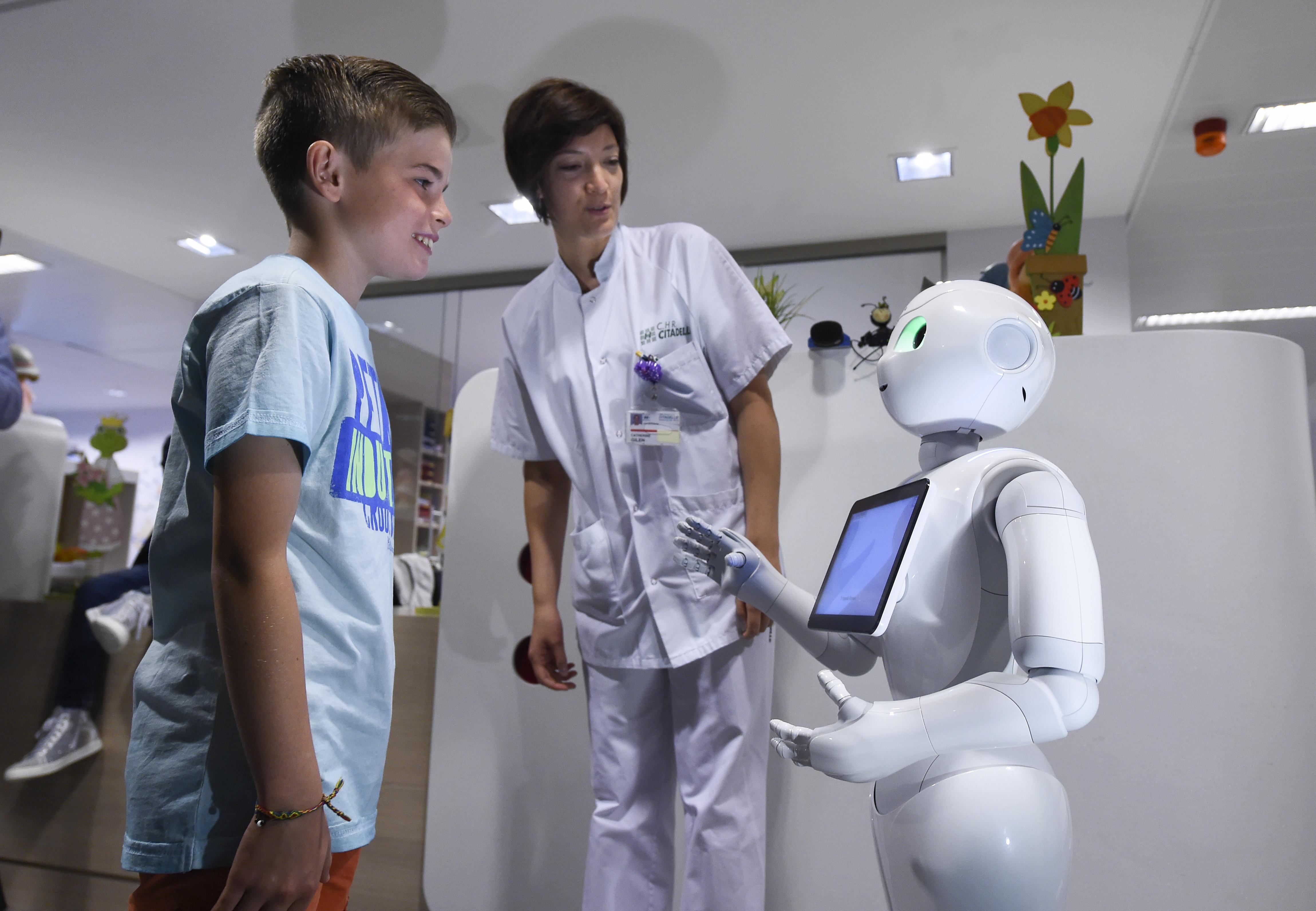 (Video) Emplean a robot como recepcionista en Bélgica