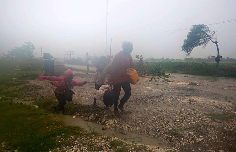 Huracán Matthew se encamina a las Bahamas y EU; pierde fuerza