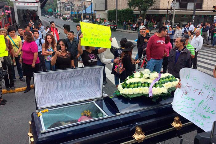 Protestan con cadáver de transexual para exigir justicia; sospechoso quedó libre