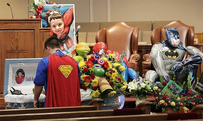 Menor muere en tiroteo y lo entierran disfrazado de superhéroe