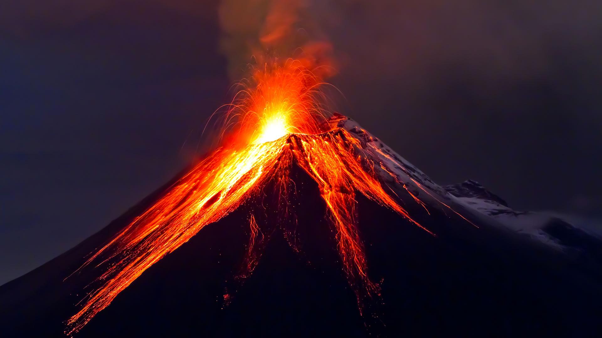 Evacúan comunidades por actividad en Volcán de Colima