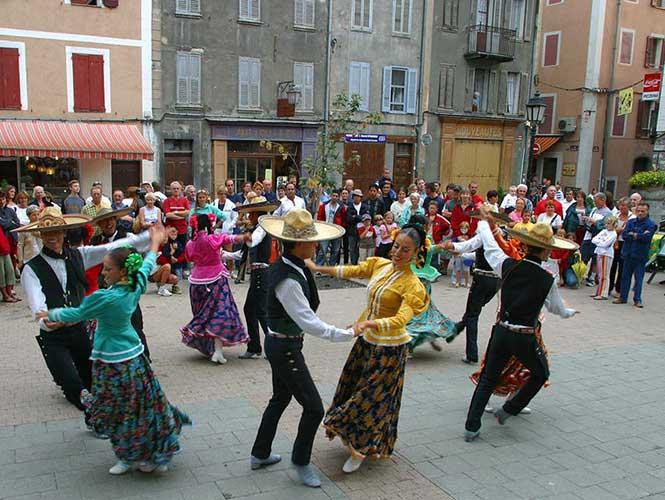 Calle de París se transforma en México por el Día de Muertos