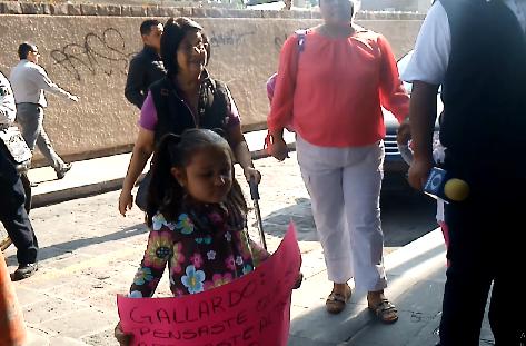 Niña en protesta por despidos injustificados de Gallardo (VIDEO)