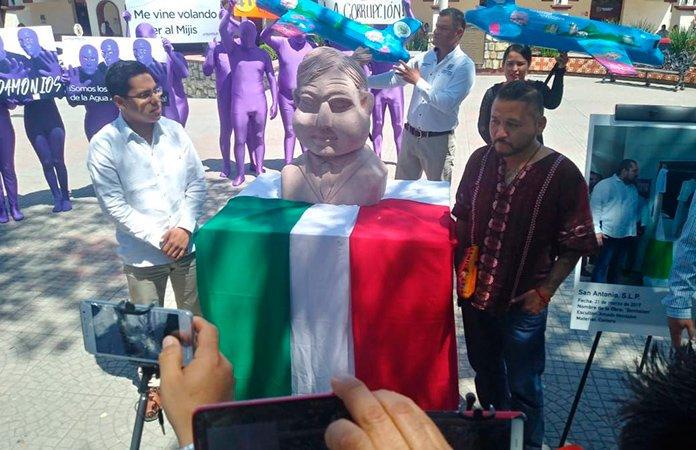 """Presentan busto de AMLO en Ciudad Valles; """"No saben hacerlo"""", dice """"El Mijis"""""""