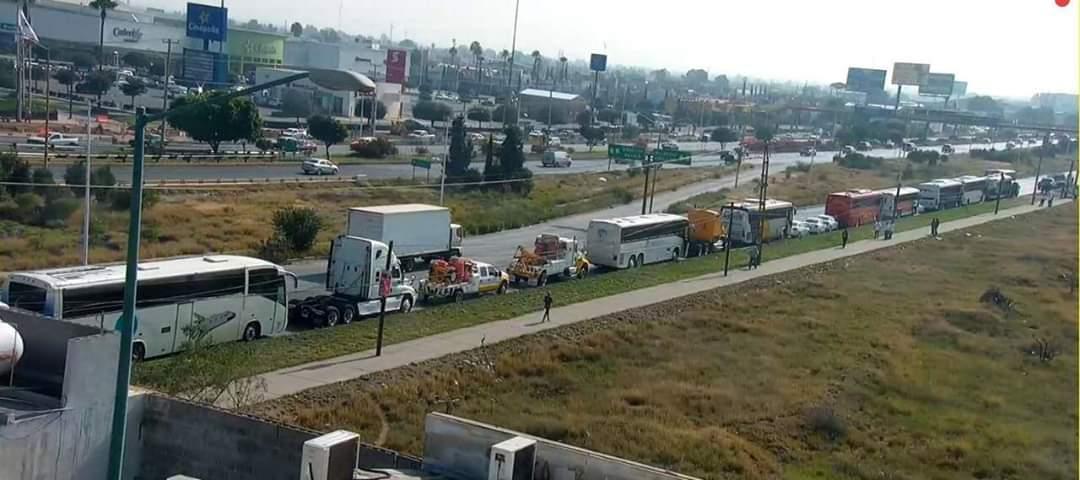 Transportistas bloquean la carretera 57