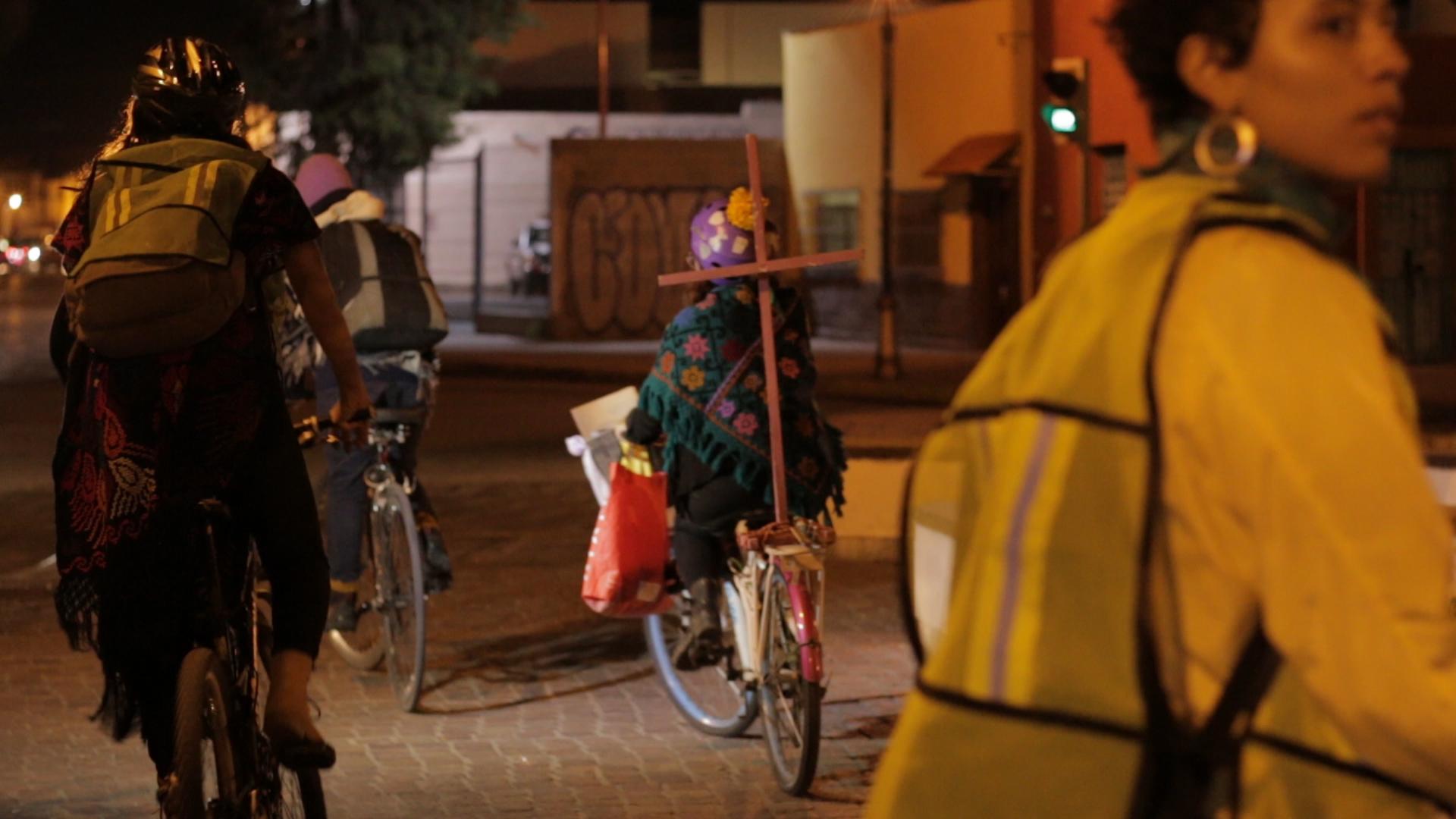 Mujeres ciclistas realizan rodada para honrar a víctimas de feminicidios