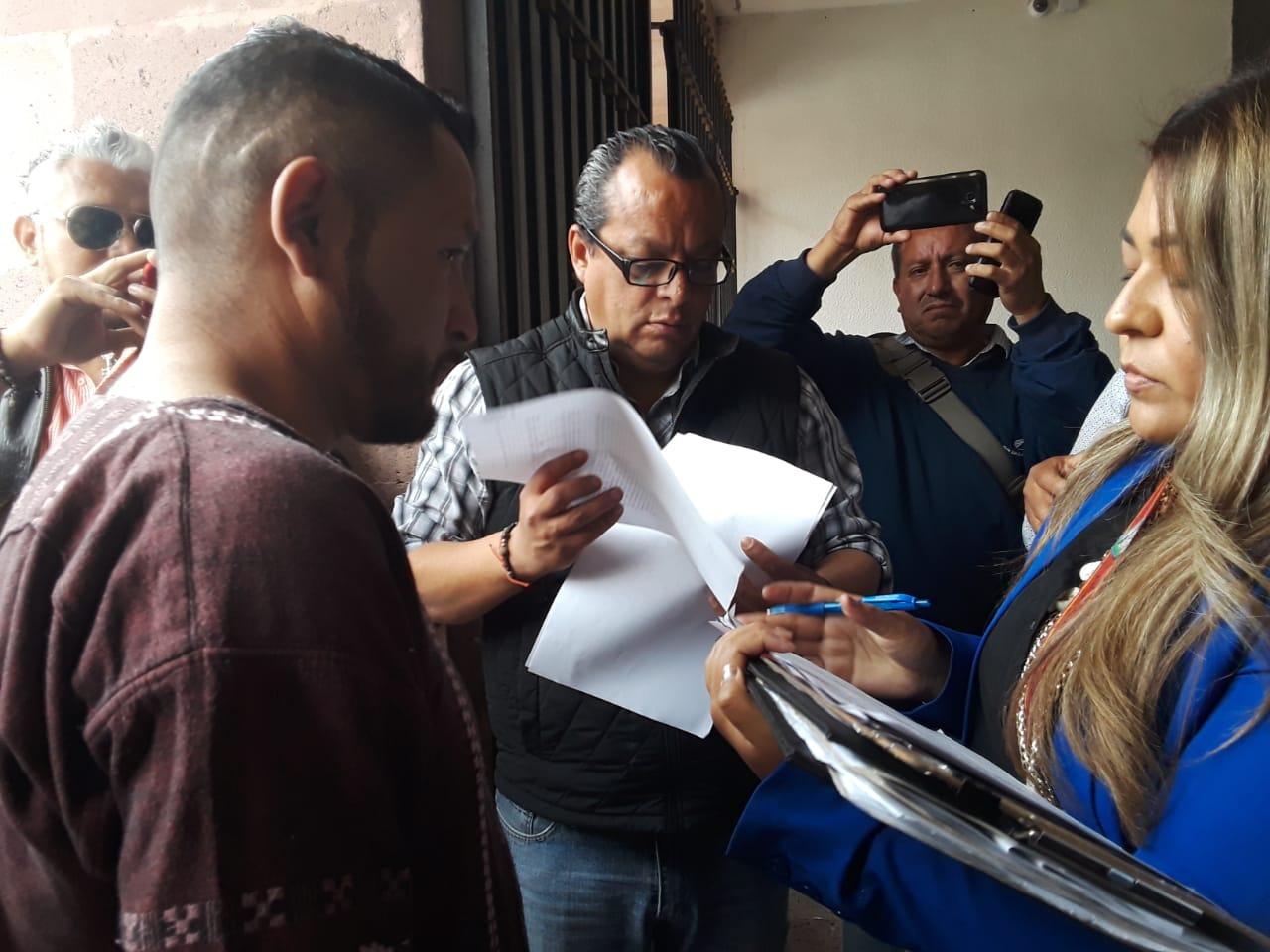 Afuera del Congreso notifican al 'Mijis' por adeudo de 120 mil pesos