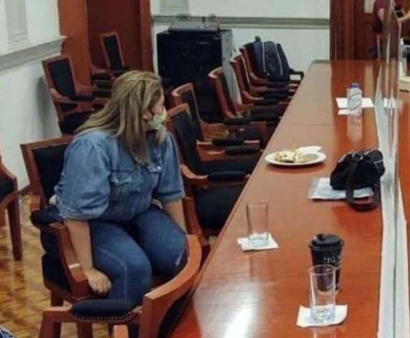 Madre se amarra a una silla de la CNDH para exigir justicia por la violación de su hija