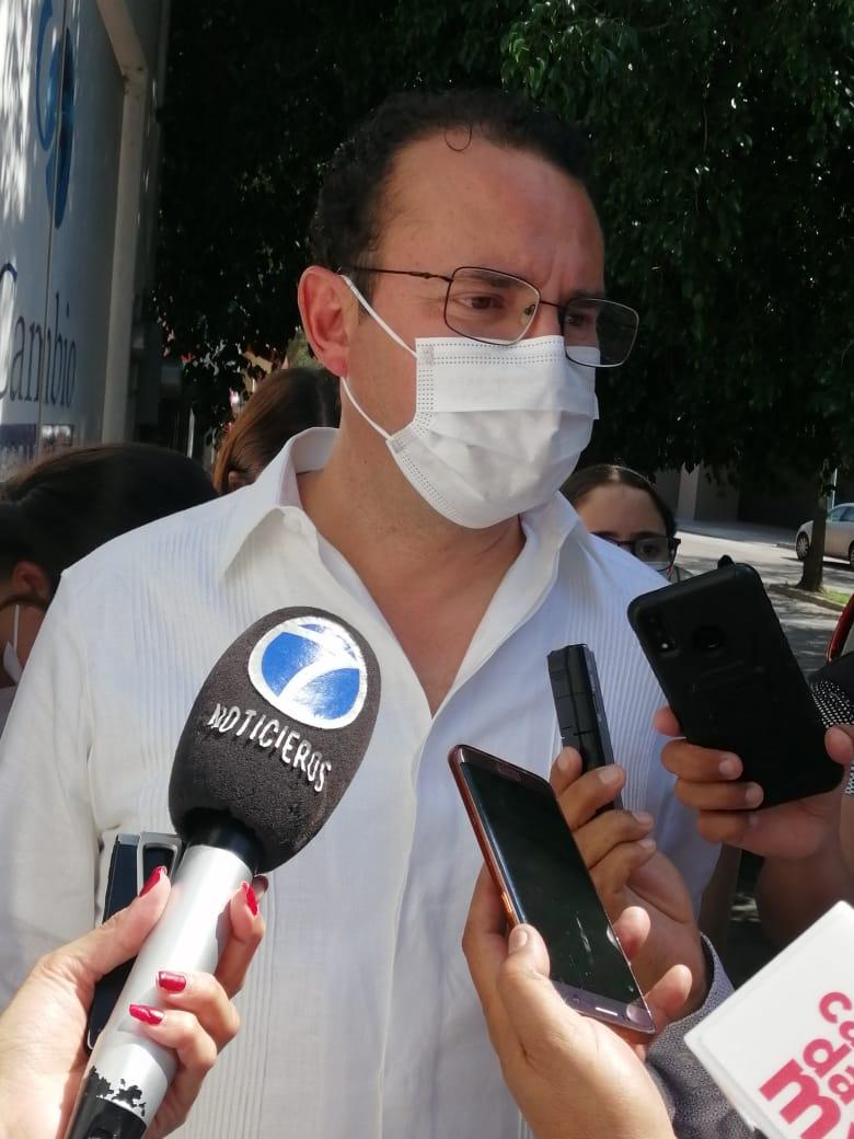 Lucero Aguilar agrede a Xavier Nava al acudir a votar