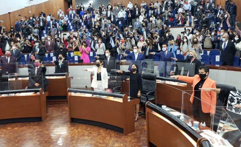 Toman protesta integrantes de la LXIII Legislatura