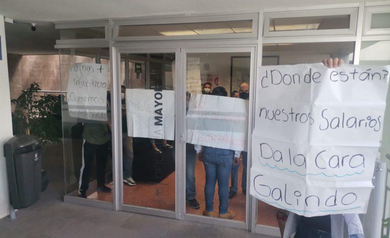 Trabajadores municipales se manifiestan por falta de pago